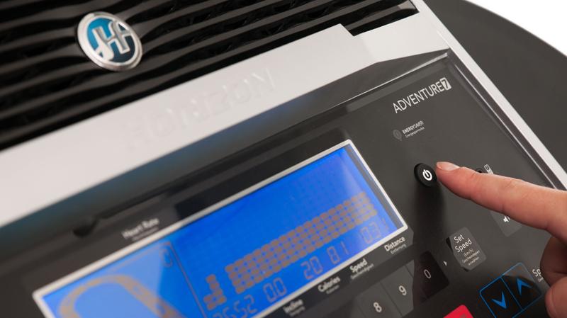 電源按鈕位於控制台上